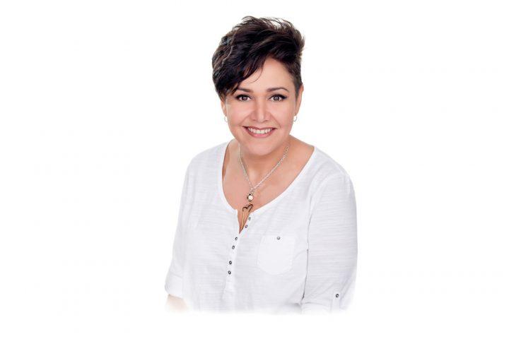 Julliet har över 27 års erfarenhet inom yrket med bakgrund från flera kryssningsfartyg där hon bland annat varit chef på en spa-avdelning. Hon är utbildad inom barbering från Barcelona hair academy  och är en positiv person som brinner för frisöryrket.